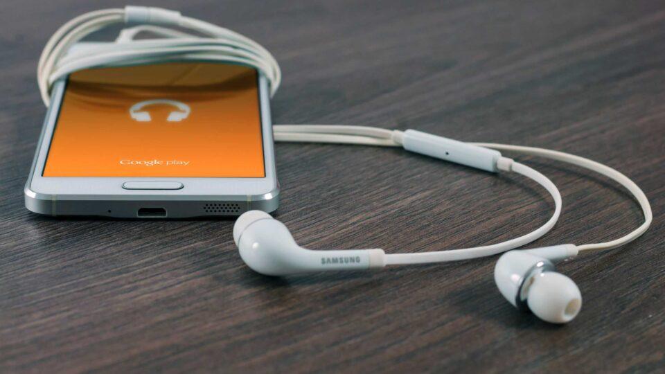 Handy mit Kopfhörern