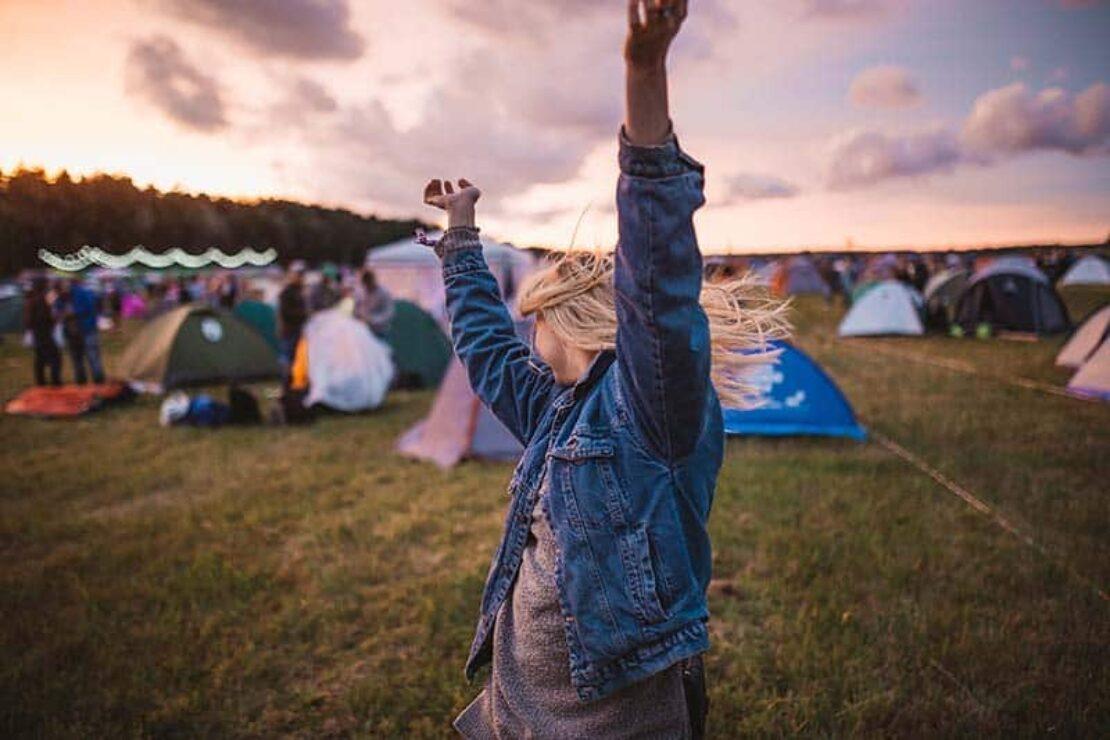 Ein junges Mädchen tanzt auf einem Festival