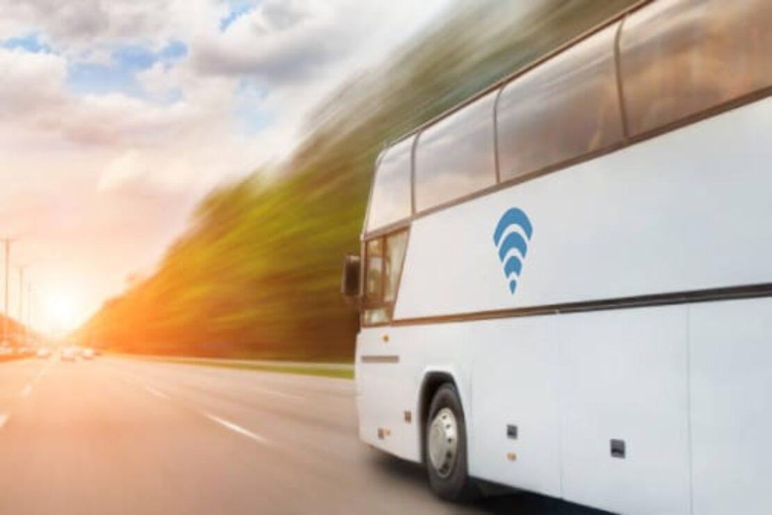 Weißer Reisebus mit WLAN-Logo