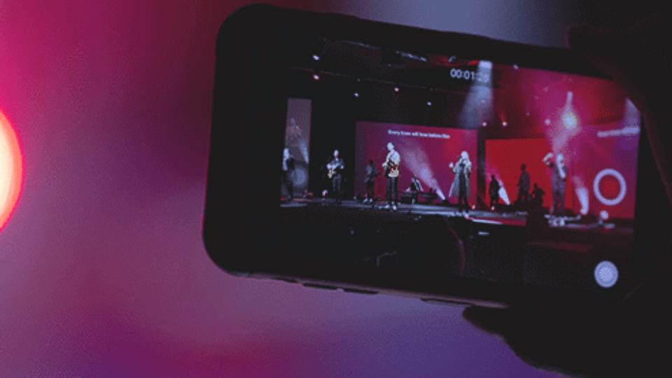 Handy filmt eine Bühne