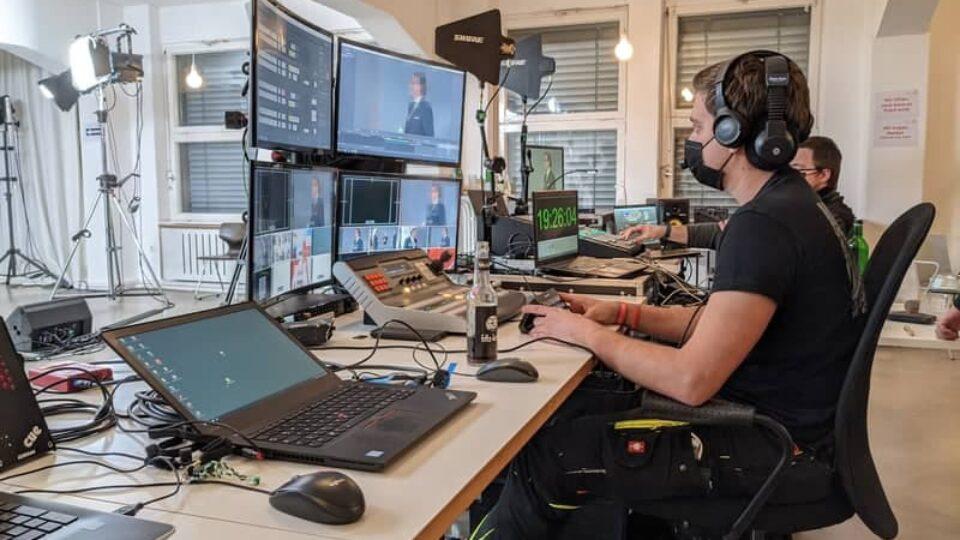 Jan Rittweger von Eventnet vor den Monitoren einer Livestreaming Produktion